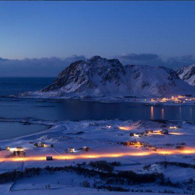 nattbilde av sjø og bygd i Bø nordnorge